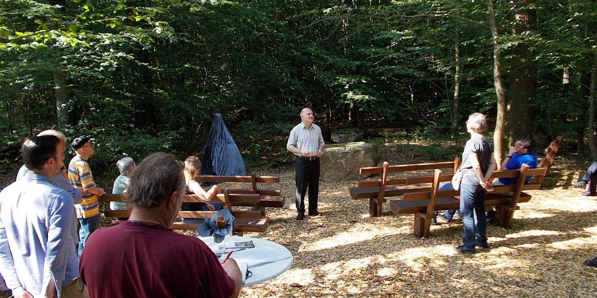 Bürgermeister Speckhardt bei der Begrüßung vor der verhüllten Skulptur