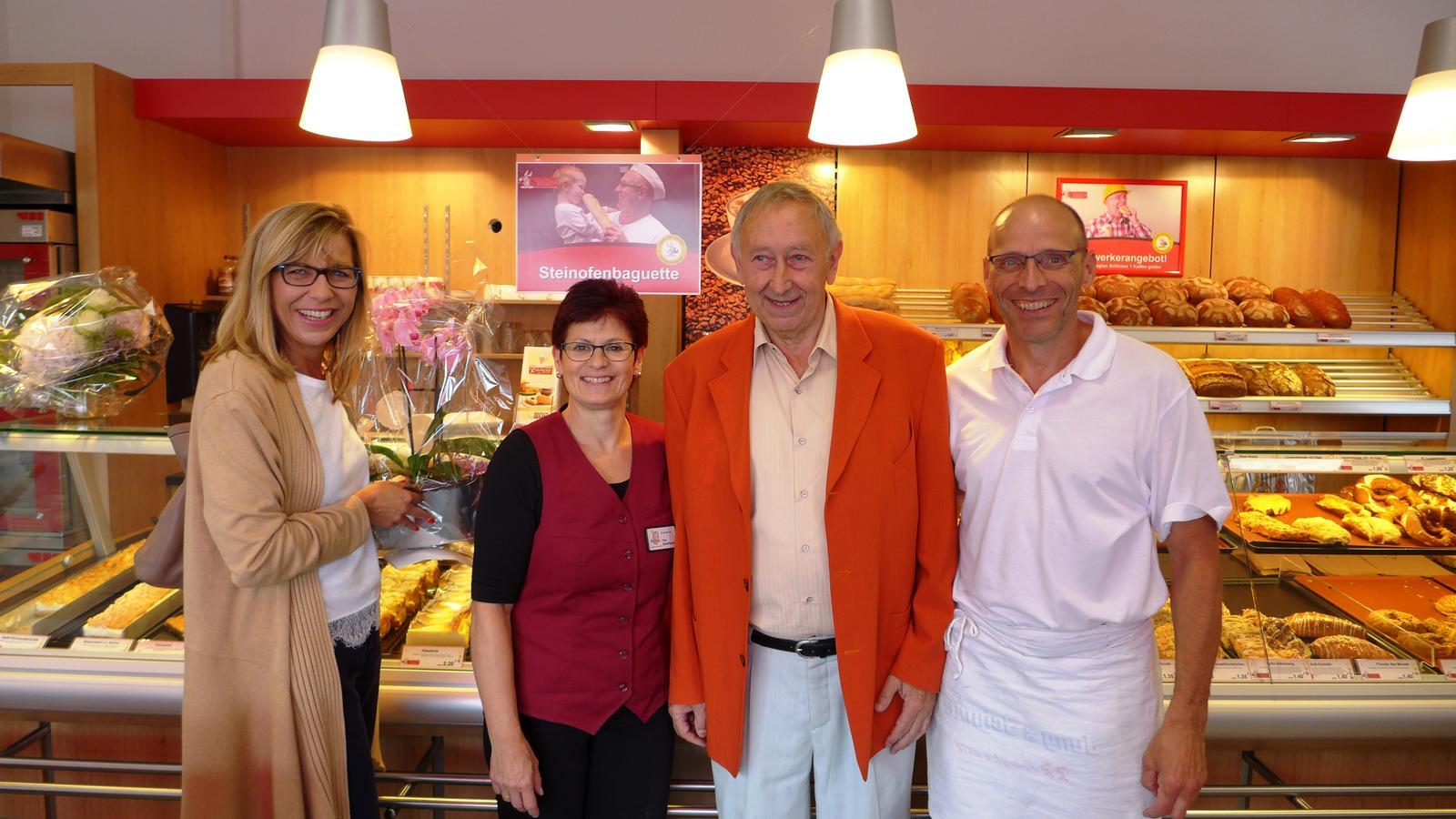 Das Bild zeigt den 1. Beigeordneten Georg Schuchmann und die Bauamtsleiterin Birgit Röder in der Filiale der Bäckerei Schellhaas.