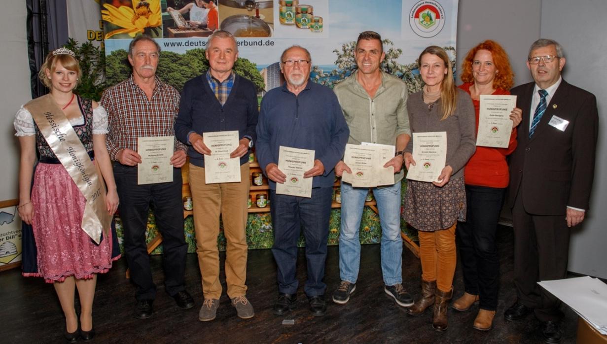 Wolfgang Schäfer und andere bei der Honigprämierung 2017