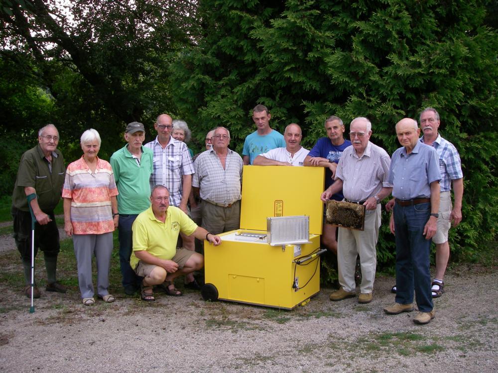 Vorstand und Vereinsmitglieder des Imkervereins bei der Unterweisung und Begutachtung des Varroa-Controllers. Foto Ute Gemborys-Kehr