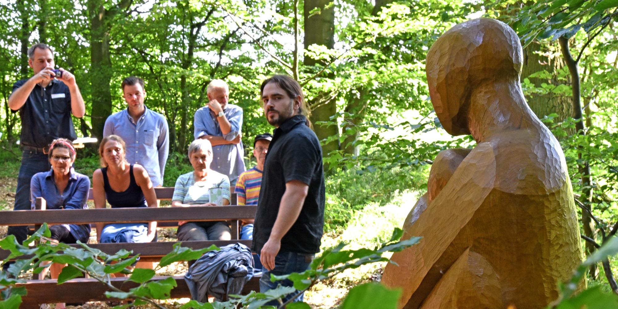 Holzbildhauer Oliver Nischwitz vor seiner Skulptur im Bestattungswald 12 Apostel (Foto: Klaus Holdefehr)