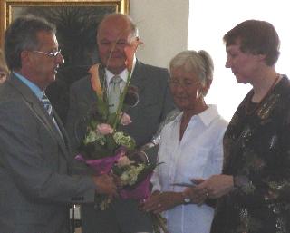 Gemeindevertretervorsteher Alf Wichmann dankt den Ausstellungsmachern