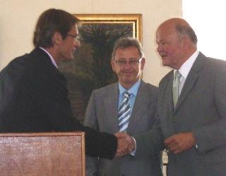 Direktor Euler von der Jubiläumsstiftung der Sparkasse Dieburg überreicht einen Förderbescheid in Höhe von 6000 Euro
