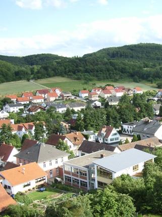 Fischbachtal-Niedernhausen: Blick auf Schule und Rathaus vom Kirchturm aus.