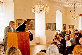 Gemeindevertretervorsteher Alf Wichmann begrüßt alle Gäste der Ausstellung (Foto: B.Scheider)